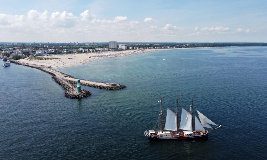 Warnemünde Mole, Strand und Segelschiff