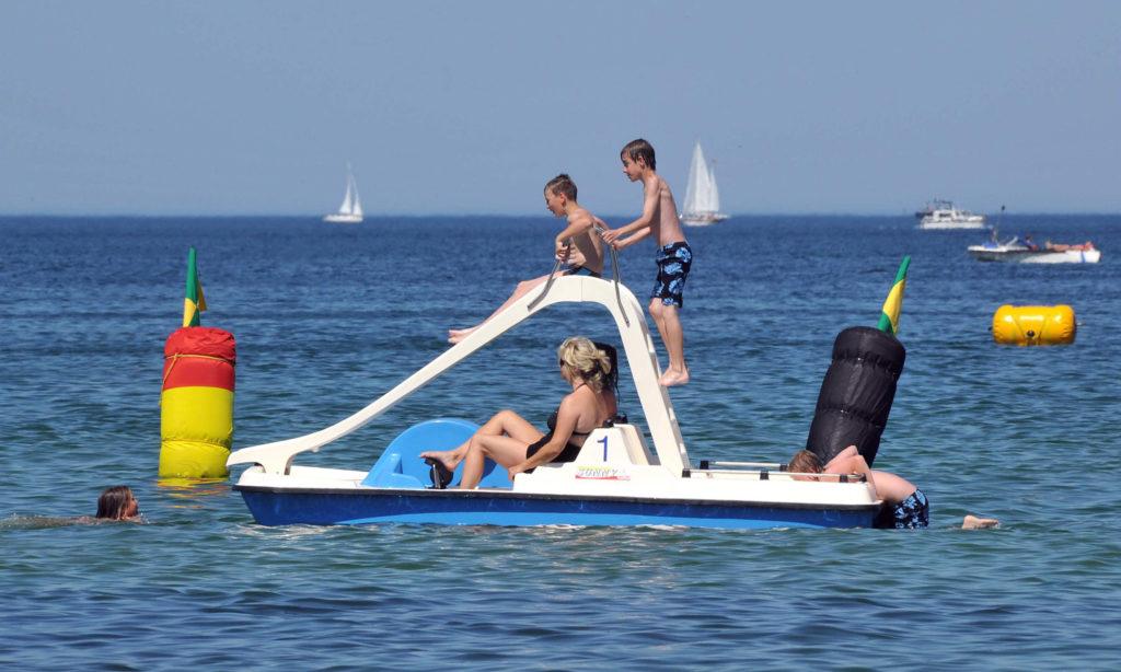 Tretboot am Strand